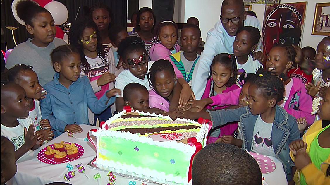 Corte de bolo dia da Crianca